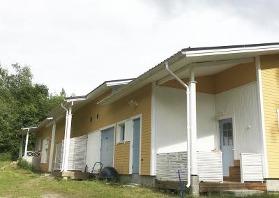 A-talon takaosa, jossa mm. saunatilojen terassi ja keittiön oma sisäänkäynti